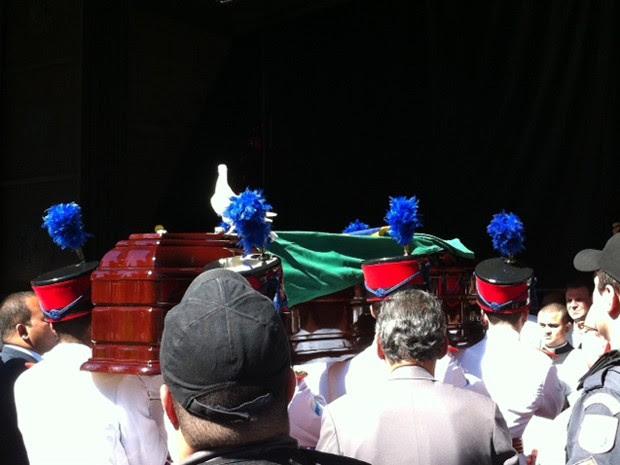 Pomba, que simboliza a paz, pousa sobre caixão (Foto: Rodrigo Vianna/G1)