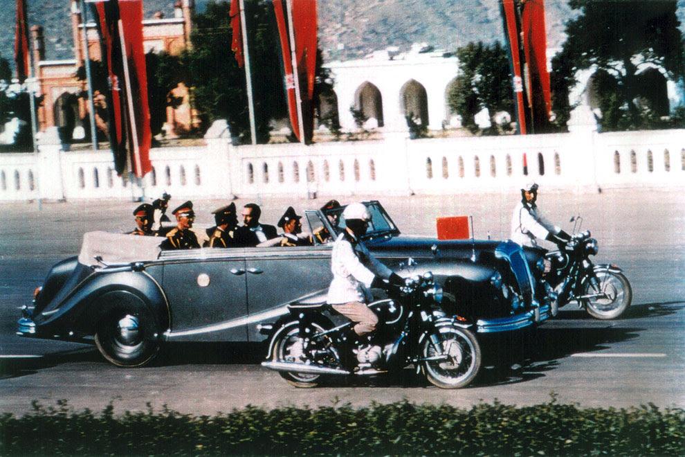 Король Афганистана Мухаммед Захир-Шах едет в лимузине по центральной дороге Кабула