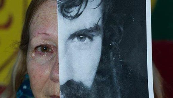 La mamá de Santiago Maldonado, con la foto de su hijo desaparecido. Foto: Facebook / La Nación