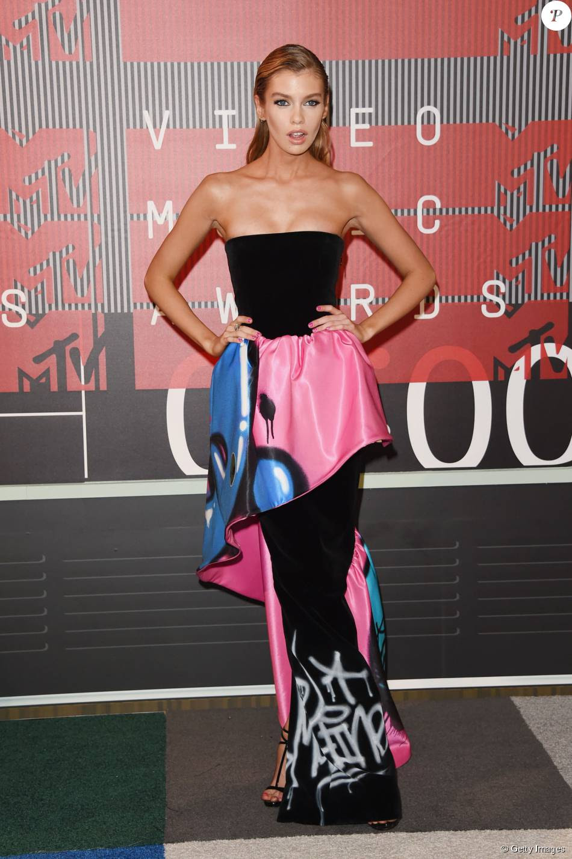 Suposto affair de Miley Cyrus, a modelo Stella Maxwell postou em vestido Moschino para o VMA 2015