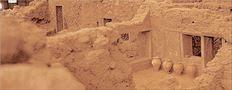 «Ανασκαφικά αποδεικνύεται ότι στη Μέση  Εποχή του Χαλκού υπήρχαν διώροφα  οικοδομήματα και αγγεία με πολύχρωμες  παραστάσεις. Έτσι οι Θηραίοι αγγειογράφοι  έγιναν οι πρωτοπόροι της εικονιστικής  ζωγραφικής στο Αιγαίο, περιλαμβανομένης και  της Κρήτης και προετοίμασαν το έδαφος για  μεγάλη τέχνη της τοιχογραφίας», λέει ο  ανασκαφέας της Θήρας (Ακρωτήρι) καθηγητής  Χρίστος Ντούμας