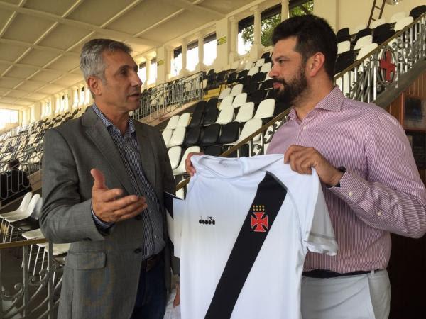 Presidente Alexandre Campello presenteia Ministro do Esporte com a camisa do Vasco