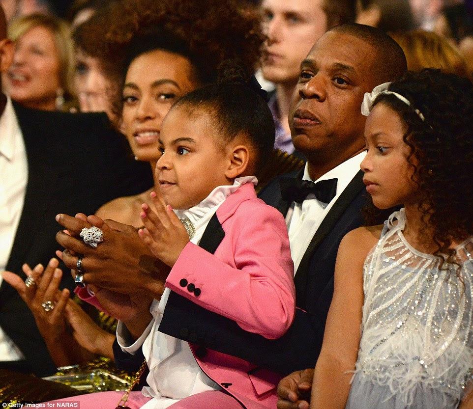 Orgulhoso: Hubby Jay Z e filha Blue Ivy aplaudiram durante o desempenho