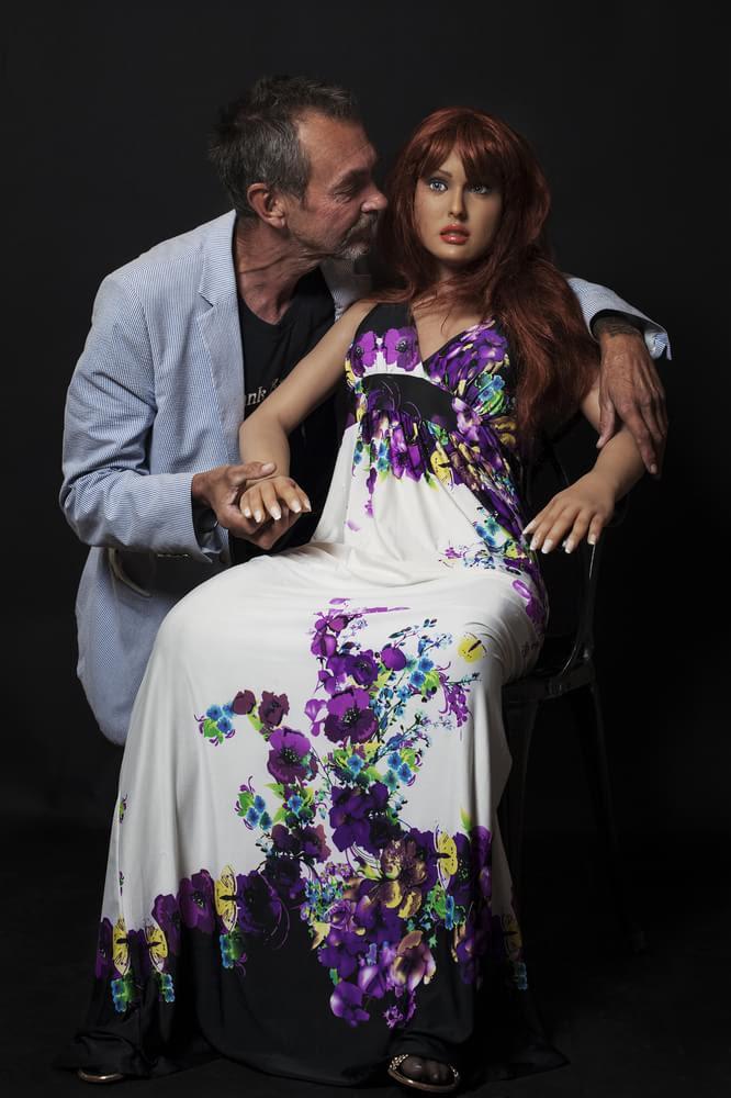 """Série de fotos expõe a relação de alguns homens com suas """"bonecas sexuais"""""""
