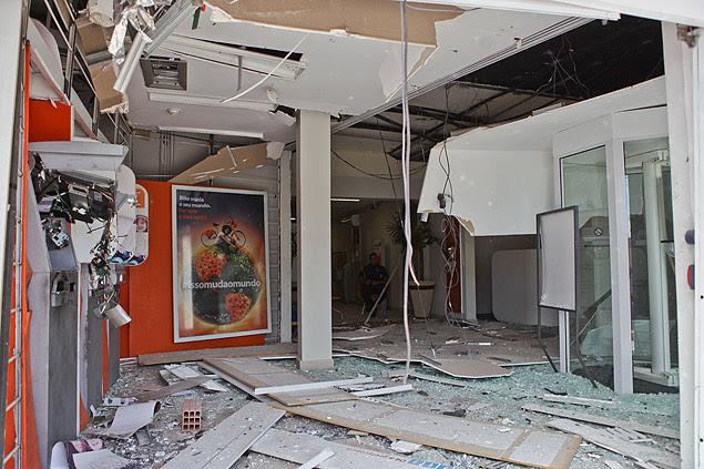 Agência bancária no centro de Ribeirão Preto ficou danificada após explosão de dinamite em caixa eletrônico
