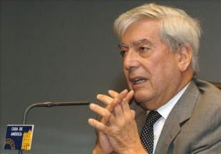 """En la imagen un registro del escritor peruano y premio Nobel de Literatura 2010, Mario Vargas Llosa, quien encabezó un pronunciamiento en apoyo a un proyecto de ley que plantea permitir la """"unión civil"""" entre personas del mismo sexo en Perú. EFE/Archivo"""