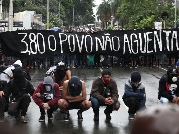 Manifestantes caminham pela Zona Oeste de SP em ato contra aumento da tarifa (Foto: Marcelo Brandt/G1)