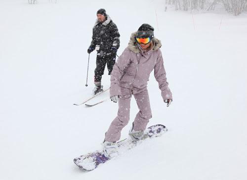 Elsa demostró sus dotes con el 'snowboard'.
