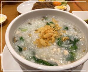細かく刻んだ皮蛋がざくざく入った中華粥。ちょっと新鮮。