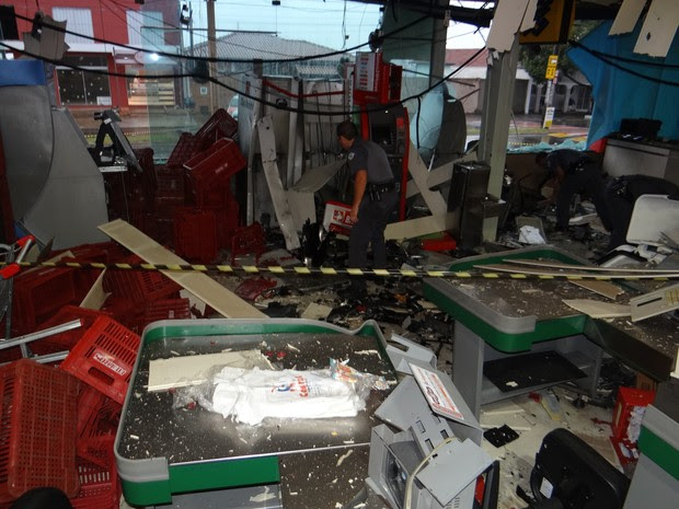 Polícia esteve no local das explosões neste sábado  (Foto: Luiz Fernando/ Jornal Acontece)
