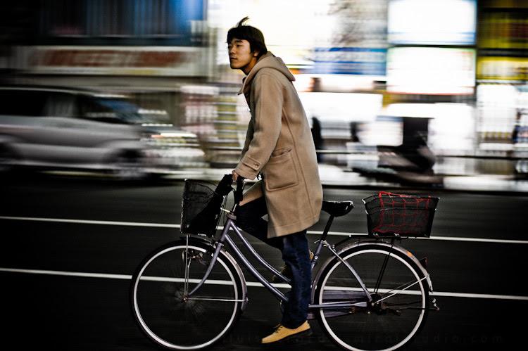 Persona en bicicleta en movimiento