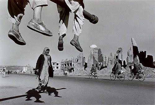 LivingHome- James Nachtwey Kabul, Afghanistan por LivingHome Wall Decor from Kim Garretson