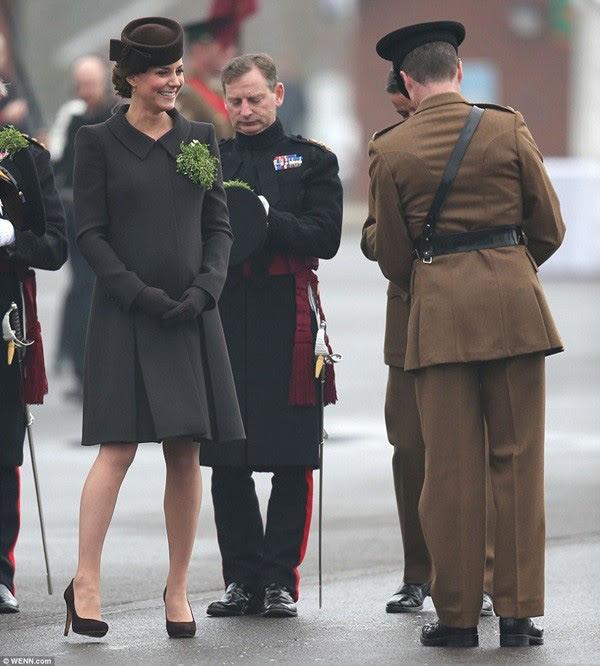 Bầu bí là thế nhưng Công nương Kate vẫn khư khư thói quen đi giày cao gót - Ảnh 8.