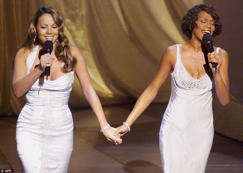 Mundo da música em luto: Mariah Carey, retratado aqui realizando When You Believe com Whitney Houston em 1999, na Cerimónia dos Óscares, levar homenagens ao cantor após sua morte choque hoje