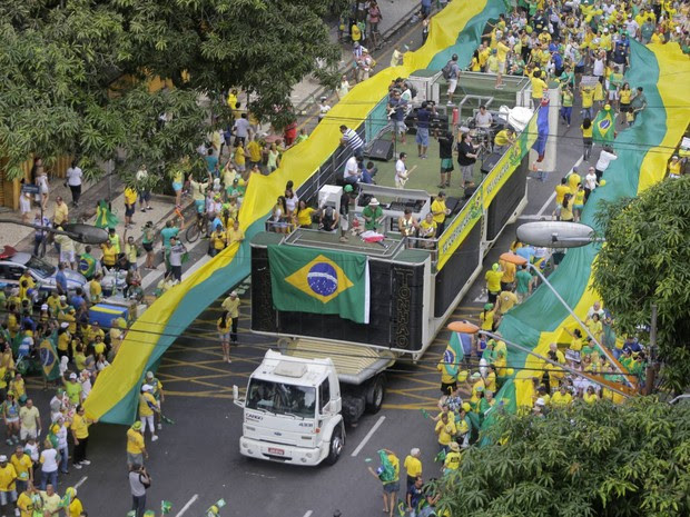 BELÉM - Organização do evento usou carros com e trios elétricos durante a passeata contra o governo Dilma. (Foto: Tarso Sarraf/O Liberal)