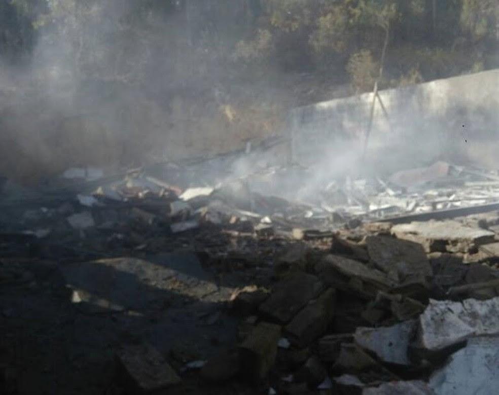 Explosão em fábrica de fogos de artifício ocorreu por volta das 7h na zona rural de Santo Antônio do Monte (Foto: Mariene Graziella Diniz/Divulgação)