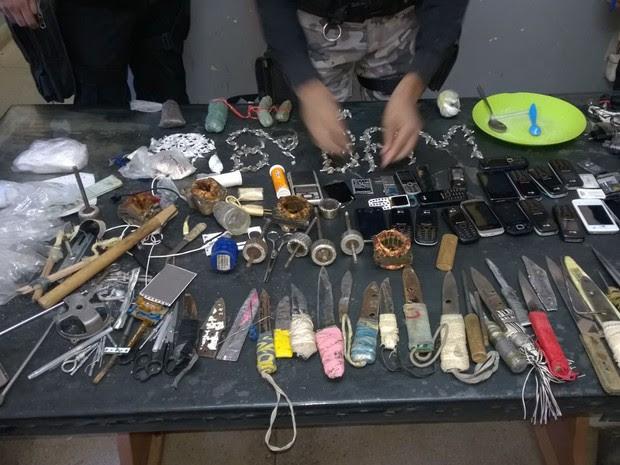Material aprrendido durante vistoria no Presídio de Salgueiro (Foto: Divulgação / Polícia Militar de Salgueiro)