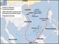 Bản đồ với đường đỏ là tuyên bố chủ quyền của Trung Quốc trong khi đường xanh là vùng có thể khai thác kinh tế theo luật quốc tế