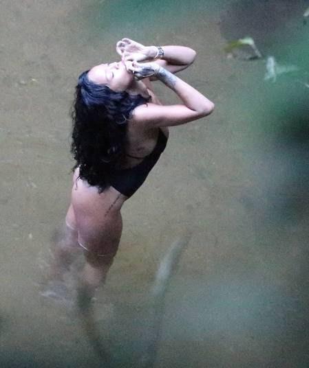 Cantora Rihanna é fotografada fumando um cigarro suspeito em banho de cachoeira