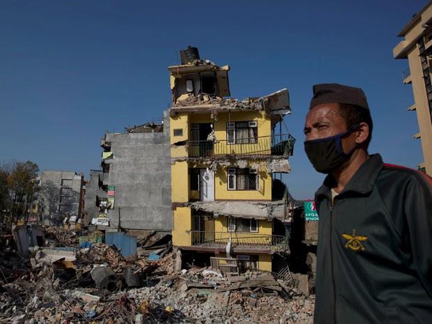 Homem em área destruída por terremoto no Nepal (Foto: Danish Siddiqui/Reuters)