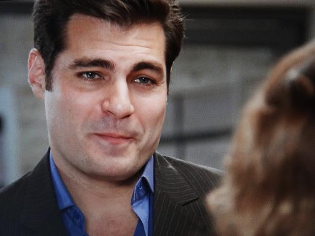 Marcos também oferece ajuda para conseguir uma novo emprego para Laura (Foto: TV Globo)
