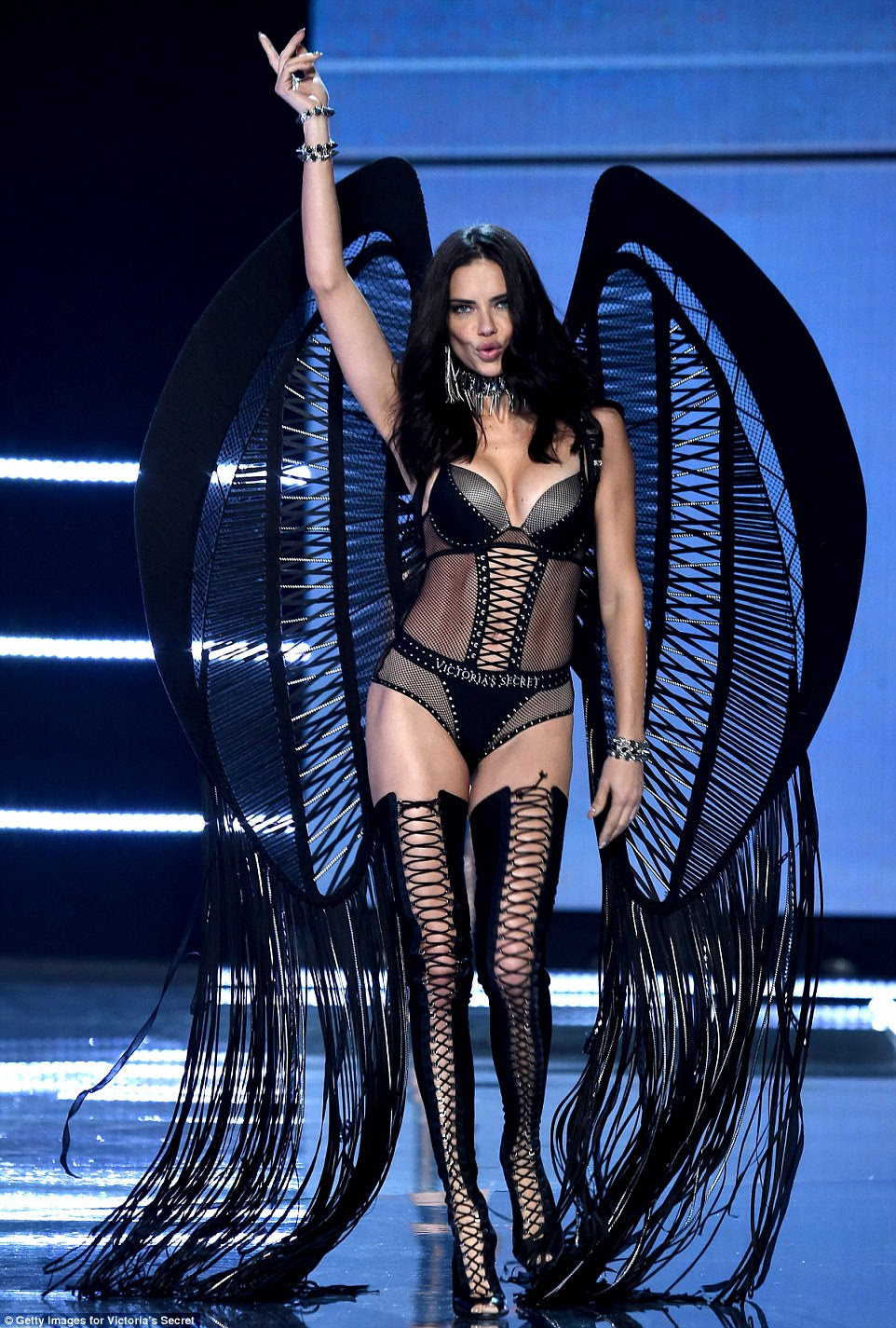 Devilishly sexy: Adriana estava a cada centímetro do anjo caído quando vestiu seu segundo par de intrincadas asas que estavam decoradas com borlas impressionantes