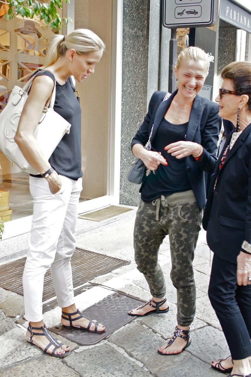 """A Costanza adora um papo... A calça com estampa militar confirma a tendência """"track pants"""" para o dia-a-dia.  Estas eram mães milanesas esperando seus filhos saírem da escola...nada de fashion victim."""