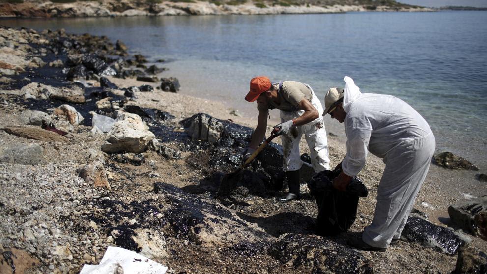 Marea negra en Salamina tras el hundimiento de un pequeño petrolero