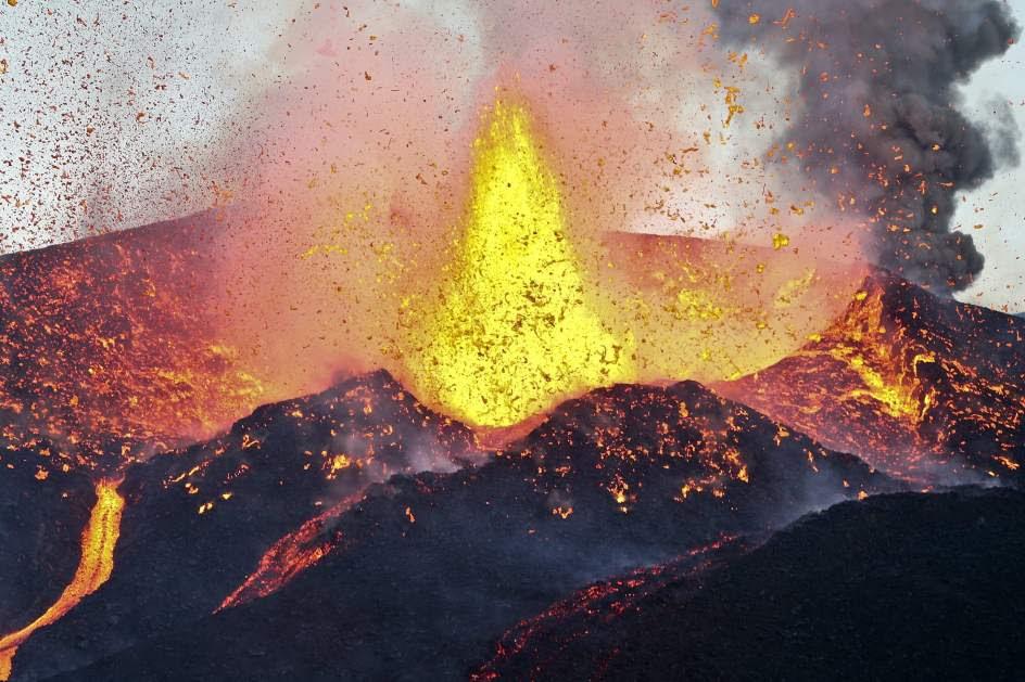 El volcán Fogo no deja de escupir lava