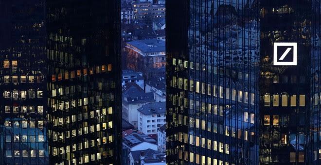 La sede de Deutsche Bank en Frankfurt de noche, Alemania. / REUTERS