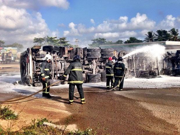 Carreta tombou e pegou fogo em Extremoz, RN (Foto: Emmily Virgílio/Inter TV Cabugi)