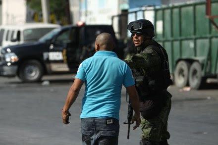 Militares resguardan la escena de un asesinato en Monterrey, Nuevo León. Foto: Víctor Hugo Valdivia