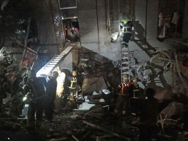 Bombeiros resgatam pessoas presas em edifício que desabou nesta sexta-feira (5) na cidade de Tainan após terremoto em Taiwan (Foto: AP Photo )