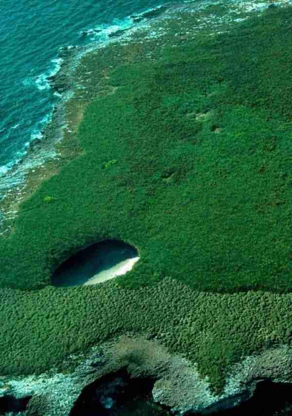 Μια παραλία κρυμμένη στο εσωτερικό ενός βουνού