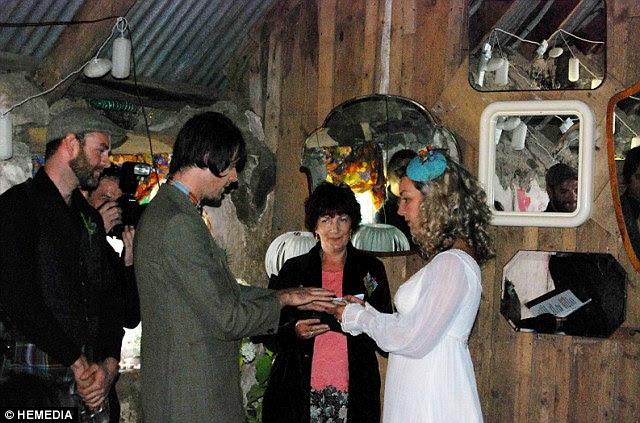 Η μητέρα Georgina της Susanne, ένας αναγνώστης της εκκλησίας, η οποία πραγματοποιήθηκε την τελετή μπροστά σε 70 άτομα σε μια υποβαθμισμένη αχυρώνα στο σπίτι τους