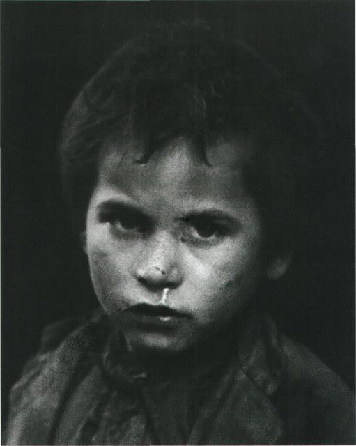 Niño en Toledo en 1949. Fotografía de Sabine Weiss