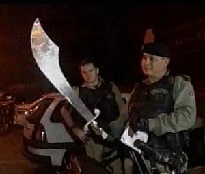 policiais encontram espada com suspeitos de assaltos (Foto: TV Verdes Mares/Reprodução)