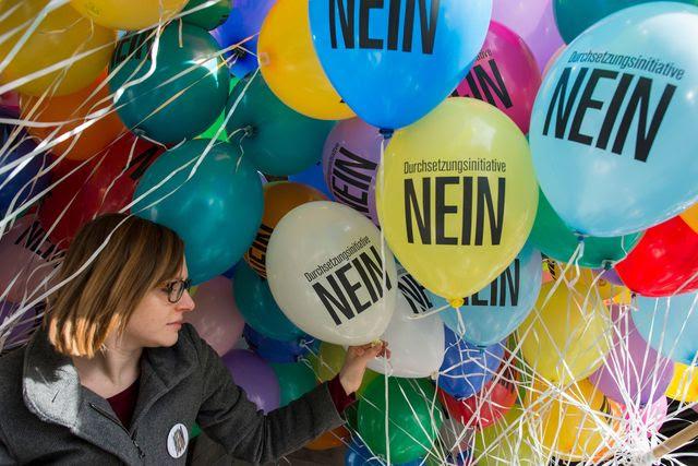 Nicht eine, sondern viele Gegenkampagnen: Für eine Kundgebung in Zürich werden Ballone vorbereitet (6. Februar 2016). Foto: Ennio Leanza (Keystone)