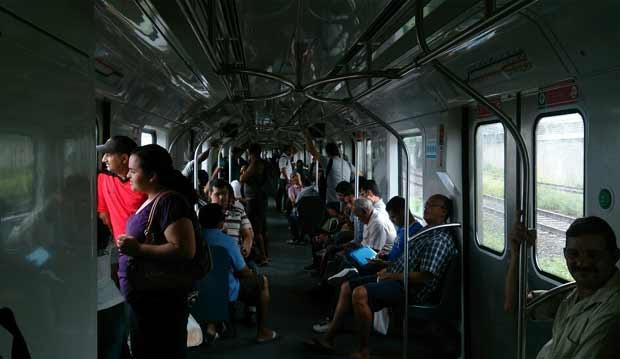As pessoas ficaram presas dentro dos trens, queixando-se de calor e ameaçando quebrar as janelas Foto: Rodrigo Santana/ Reprodução/ WhatsApp