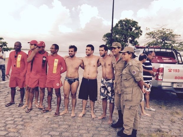 Universitários foram resgatados no início da manhã desta quinta (19) após 12h à deriva na costa sergipana (Foto: Divulgação/Corpo de Bombeiros)