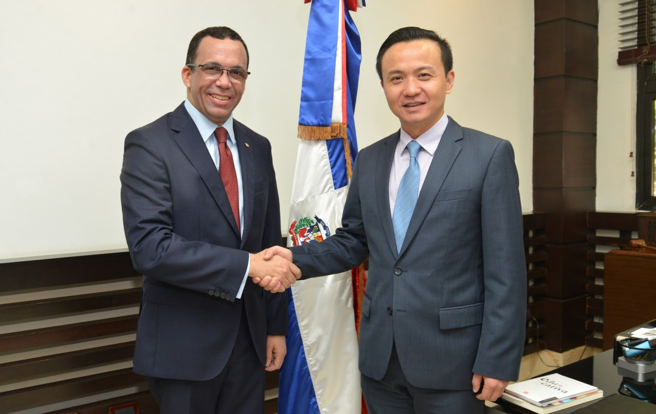 imagen Ministro Andrés Navarro en su despacho junto al embajador de la República Popular China