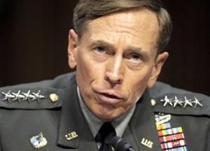 En esta fotografía del 23 de junio de 2011, el director de la CIA, David Petraeus, testifica en el Capitolio en Washington. El viernes 10 de noviembre, Petraeus renunció a su cargo tras revelarse que sostuvo una relación extramatrimonial (AP Foto/Cliff Owen, archivo)