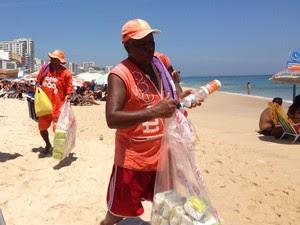 Vendedores de mate e biscoito na praia (Foto: Káthia Mello/G1 Rio)