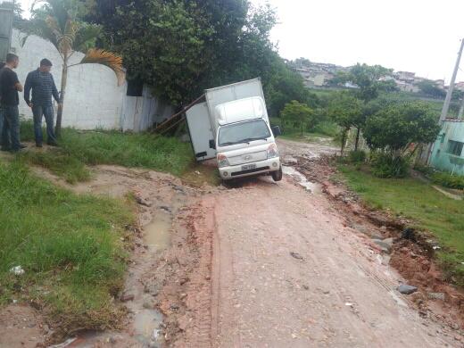 Caminhão caiu em vala do Jardim Paraíso na manhã desta quinta-feira em Jacareí (Foto: Ailton José Oliveira/Vanguarda Repórter)