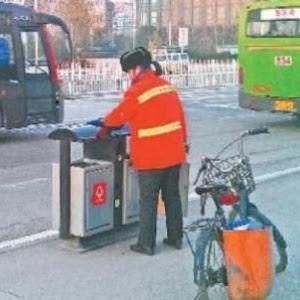 Yu Youzhen durante seu trabalho como faxineira, em Wuhan, na China. Milionária, ela diz que continua trabalhando para dar exemplo aos filhos
