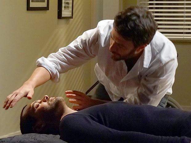 Rodrigo usa técnica da imposição das mãos para curar Fernando (Foto: Amor Eterno Amor / TV Globo)