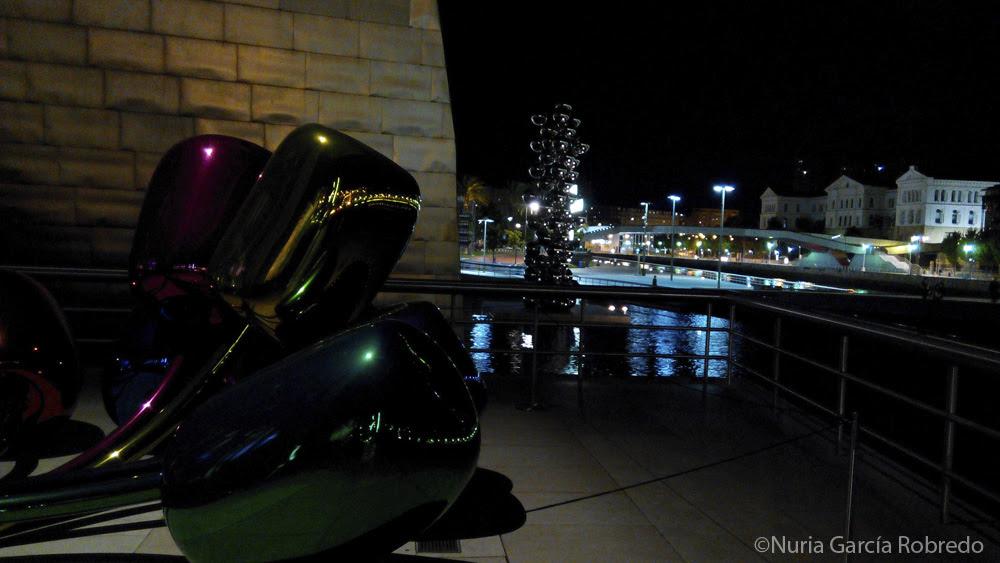 Vistas desde la terraza de la escultura de los Tulipanes, la Columna de Bolas y la Universidad de Deusto