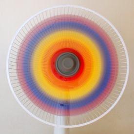 Pinte as lâminas de um ventilador de diferentes combinações de vermelho, amarelo e azul.  Em seguida, ligue-o para revelar um lindo arco-íris.