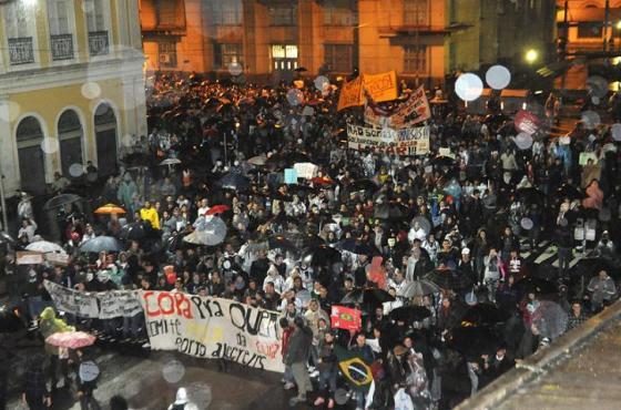 Milhares se reunem em frente a Prefeitura de Porto Alegre  Crédito: Mauro Schaefer