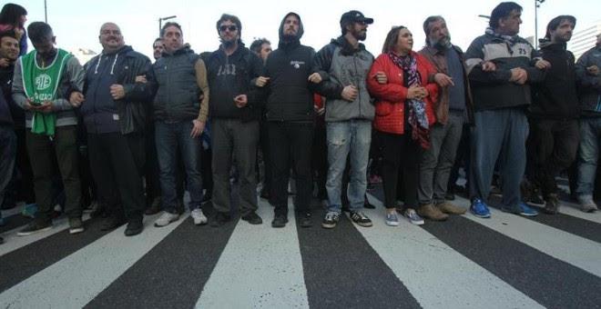 Cientos de argentinos apoyan a la presidenta de la asociación argentina Madres de Plaza de Mayo Hebe de Bonafini, quien se negó a declarar ante el juez y acudió a la Plaza de Mayo, donde fue respaldad por otros ciudadanos en Buenos Aires (Argentina).  EFE